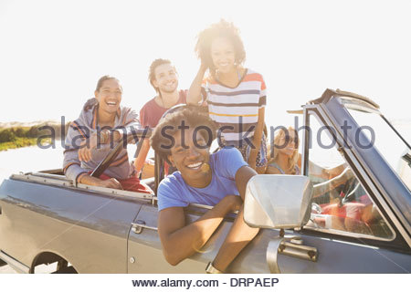 Retrato de alegres amigos na viagem de estrada Foto de Stock
