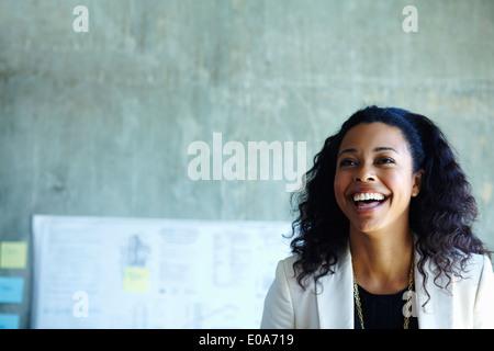 Retrato de confiante jovem empresária no escritório Foto de Stock