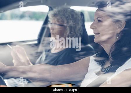 Amigos do sexo feminino sênior na viagem de estrada Foto de Stock
