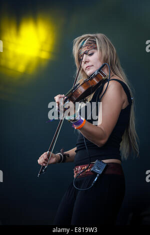 Laura Boston-Barber de caças ao Partido do chá desempenha violino no estágio em Fairport Cropredy festival da Convenção Foto de Stock