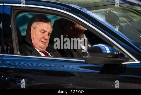 Kvasiny, República Checa. Vigésimo Fev, 2015. Presidente checo Milos Zeman repousa na terceira geração da Skoda Foto de Stock