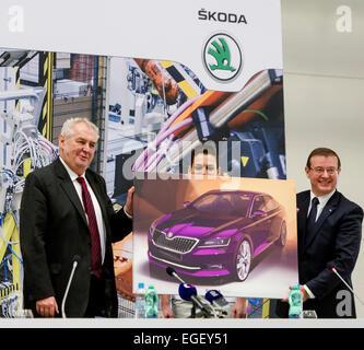 Kvasiny, República Checa. Vigésimo Fev, 2015. Presidente checo Milos Zeman (esquerda) recebe imagem design de terceira Foto de Stock
