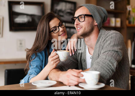 Feliz o homem e a mulher no café. Cracóvia, Polónia Foto de Stock