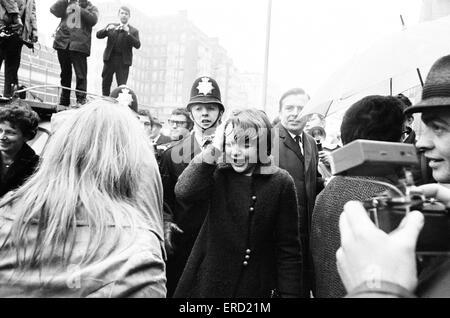 Paul McCartney casais Linda Eastman em Marylebone Registry Office, Londres, Quarta-feira 12 de Março de 1969. Foto de Stock