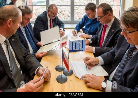 Cerimónias de assinatura de documentos de base para Novum grupo europeu de cooperação territorial no topo da montanha, Foto de Stock