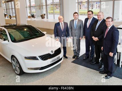 A partir da esquerda: Skoda Auto Board Presidente Bernhard Maier, Presidente da Câmara dos Deputados da República Foto de Stock