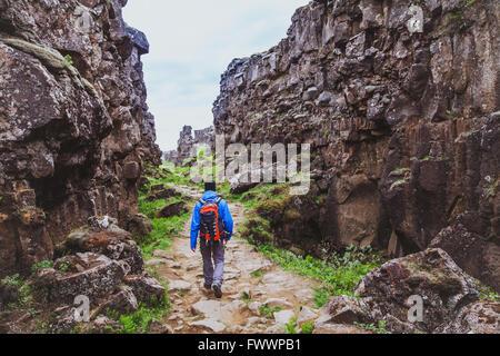 Caminhadas em rocky canyon, backpacker curta na natureza, Islândia Foto de Stock