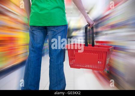 Cliente no supermercado. A desfocagem do movimento conceitual Foto de Stock