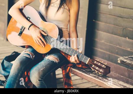 Festival mulher com guitar em parte Foto de Stock