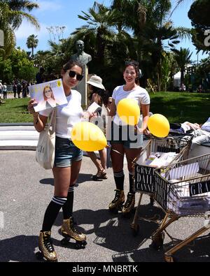 Cannes, França - Maio 11, 2018: Grazia funcionários distribuindo a revista para o público no 71º Festival de Cinema de Cannes. Foto de Stock