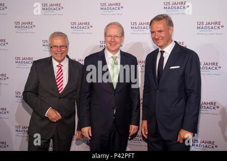 A partir da esquerda: Herbert Flecken, membro do conselho de administração do Grupo Madsack, Stefan SCHOSTOK, Presidente da Câmara de Hannover, Thomas, DUEFFERT Dssffert, Presidente do Gerenciamento Madsack Media Group, da celebração dos 125 anos do Madsack Media Group, em Hannover.15,06 O uso em todo o mundo, 2018 | Foto de Stock