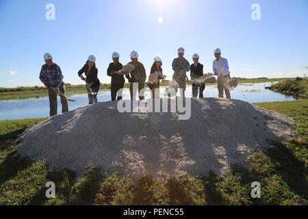 O Corpo de Engenheiros do Exército dos Estados Unidos, ao lado de autoridades federais, estaduais e municipais, celebrou o início da construção de um dos três restantes contratos para o C-111 South Dade project, um projeto de restauração Everglades em Miami-Dade County July 7, 2016. (A partir da esquerda) do sul da Flórida a gestão da água, Conselho de Administração, membro James Moran, Diretor do Departamento do Interior dos Estados Unidos para iniciativas de Restauração Everglades Shannon Estenoz, Parque Nacional Everglades Superintendente Pedro Ramos, U.S. Army Corps of Engineers Divisão do Atlântico Sul General Comandante Brig. Gen. C. David Turner, Assist Foto de Stock