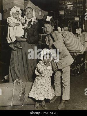 Família emigrada na sala de bagagem de Ellis Island. Data/Período: 1905. Gelatin silver print. Largura: 19,1 cm. Altura: 24,1 cm (folha). Autor: Lewis Hine. Foto de Stock