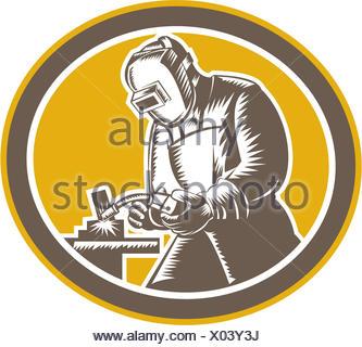 Ilustração do soldador psq trabalhador trabalhar usando maçarico de soldagem visualizaram a partir de ajuste do lado interior oval no fundo isolado feito em estilo retro xilogravura. Foto de Stock