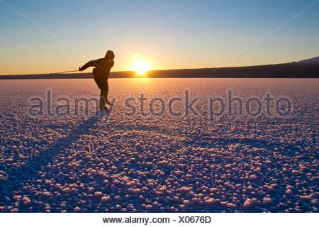 Homem de patinagem no gelo em congelados nórdicos Skilak Lago, Península de Kenai, Southcentral Alaska, Inverno Foto de Stock
