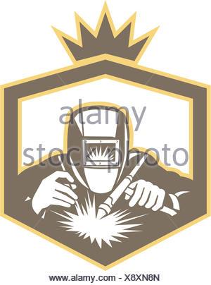 Ilustração do trabalhador soldador trabalhar usando maçarico de soldagem visto a partir da dianteira definido dentro da blindagem no fundo isolado feito em estilo retro. Foto de Stock